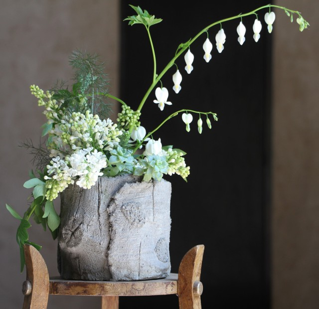 Bouquet de Cœur de Marie et Lilas dans pot en faux bois
