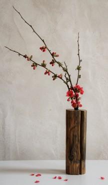 soliflore en bois avec branches de cognassier à fleurs