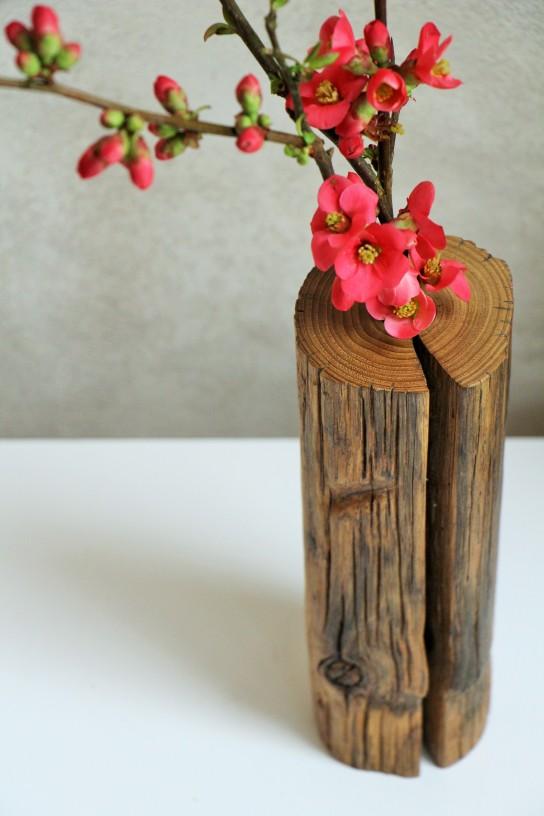Soliflore en bois avec branche de cognassier à fleur